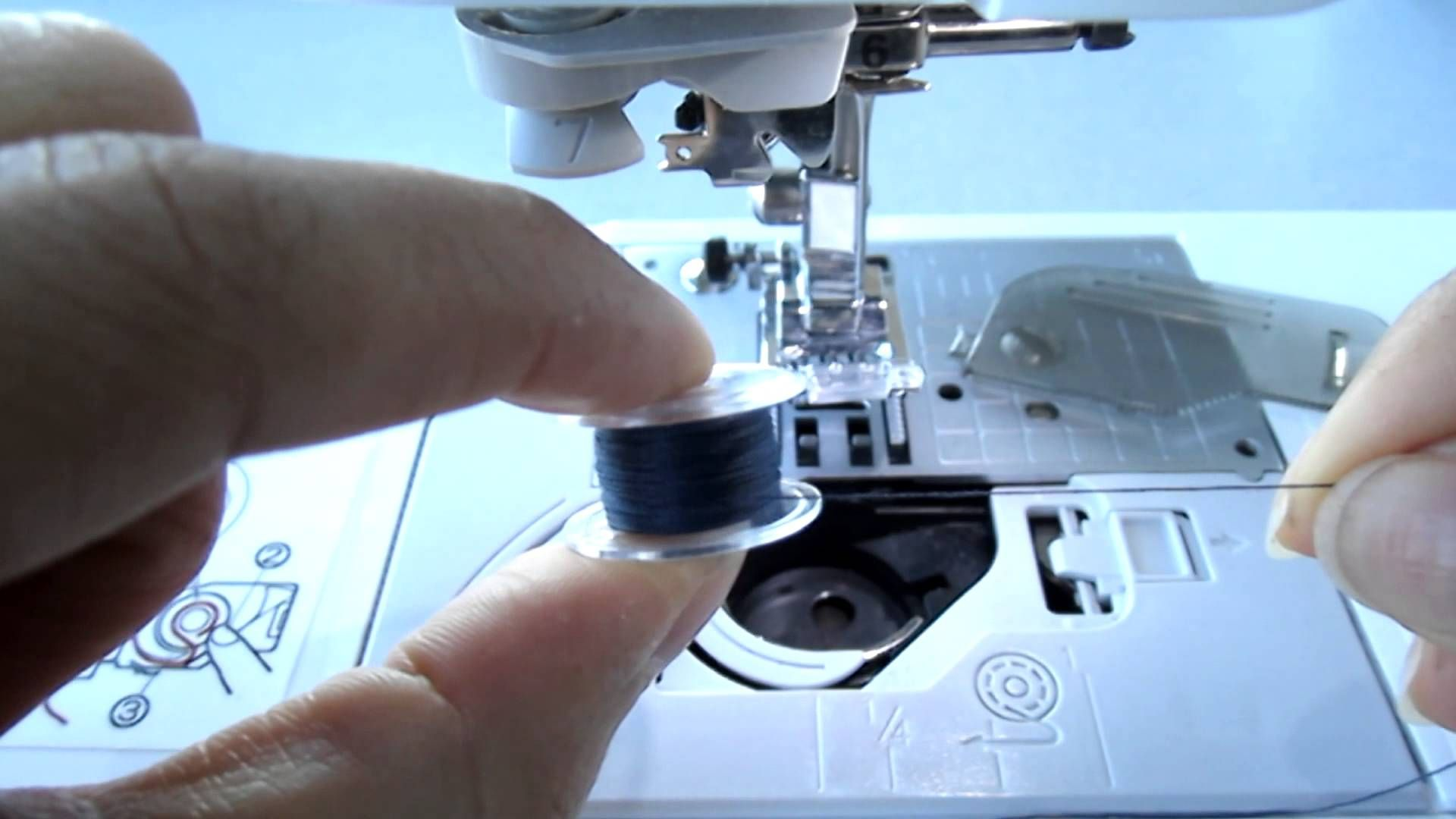 Como Poner El Carrete En La Bobina De La Maquina De Coser Maquina De Coser Curso Maquina De Coser Enhebrar Maquina De Coser