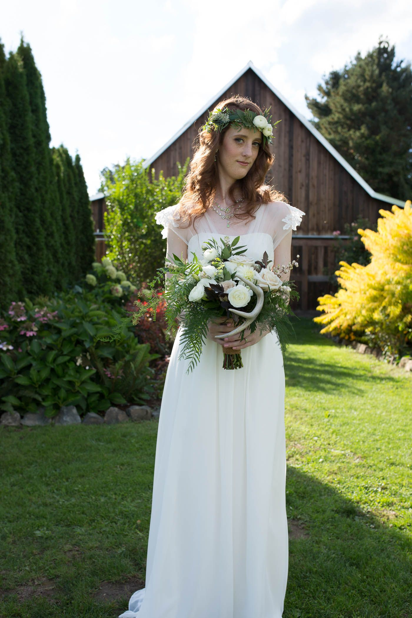 Barn wedding. Empire waist dress, bohemian. Flower bouquet and ...