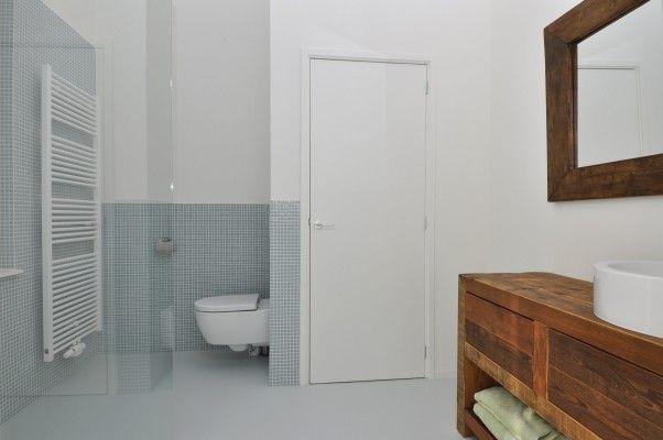 Studio kustlijn architecten zolder ontwerp. badkamer. gietvlier wit