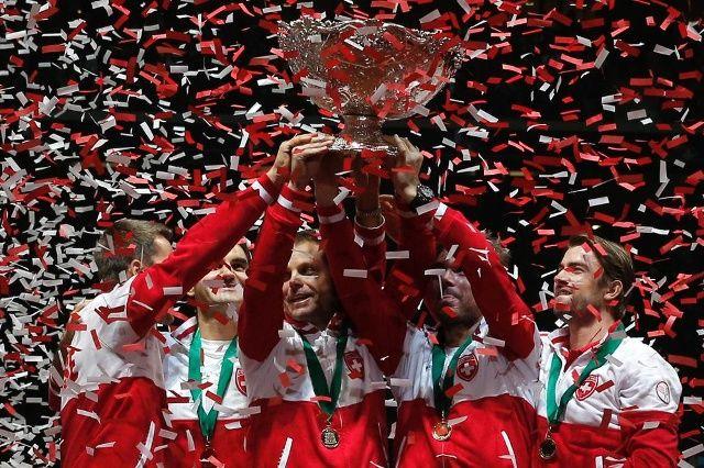A imagem que ficará gravada na história do esporte suíço: Federer, Wawrinka e outros levantam a famosa taça de prata, pela primeira vez. (Keystone)