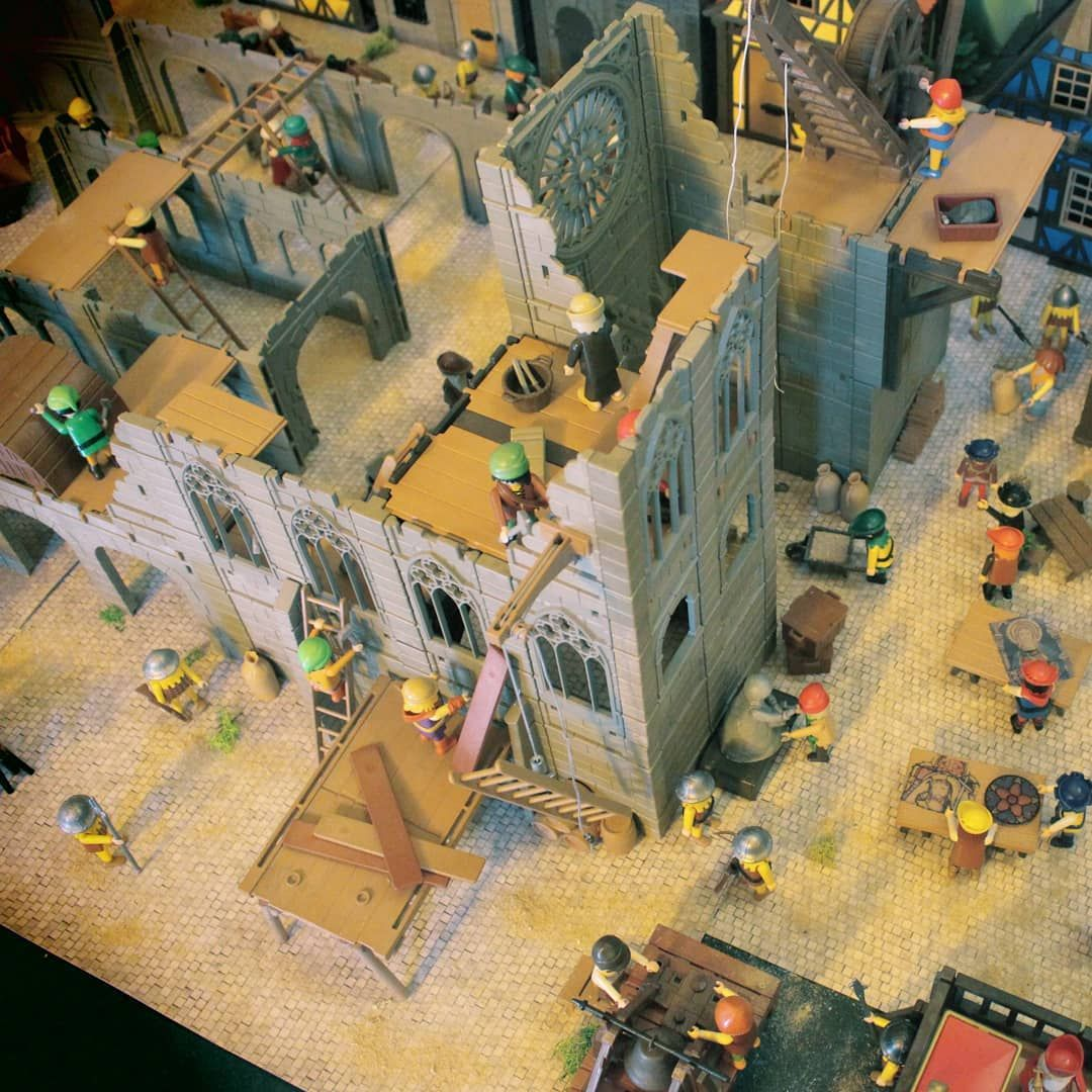 Chantier D Une Cathedrale Realisee En Playmobil Par Dominique Bėthune Painting Art Cats
