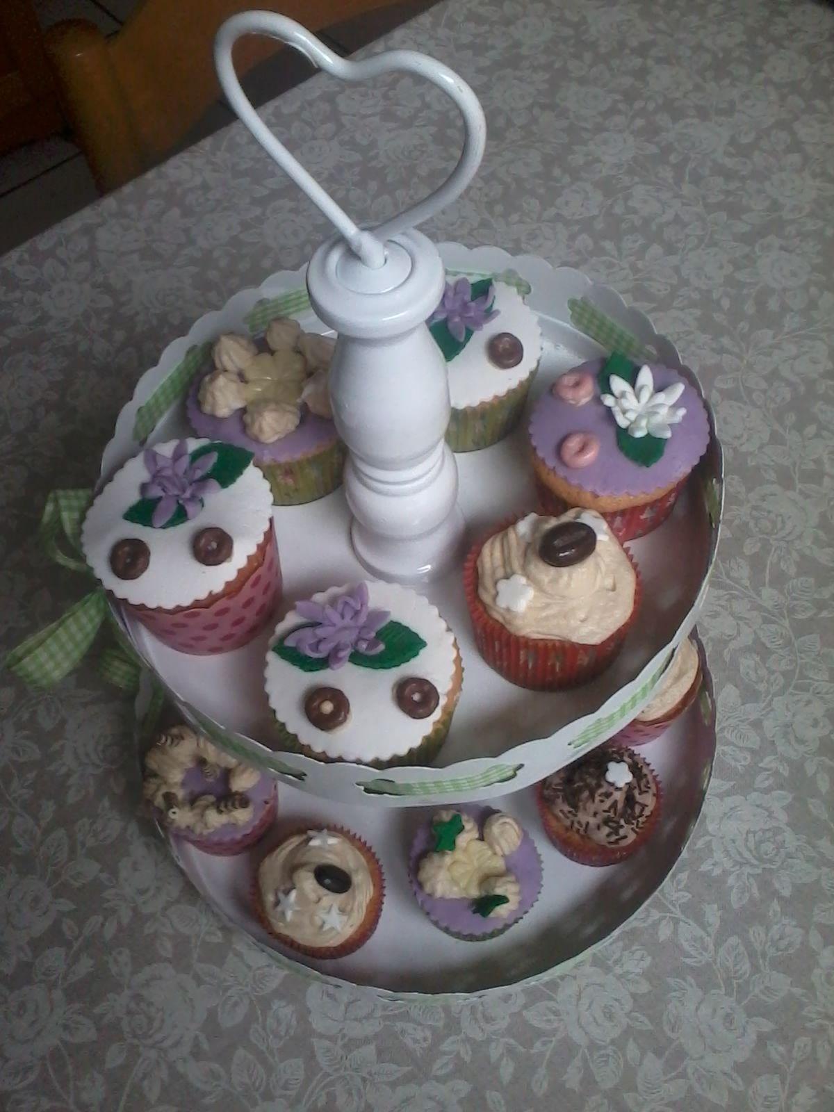 Cap-cake ripieni di ricotta e ricoperti di penna di latte al caffè