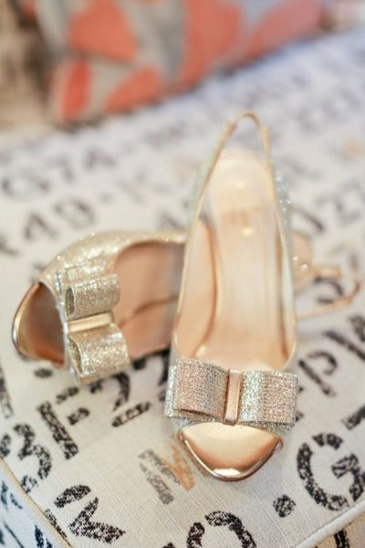 in love with these gold bow heels