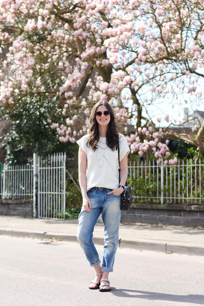 018186f879a Outfit  rose gold Tevas and boyfriend jeans in 2019