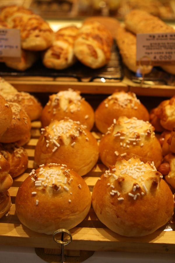 프랑스의 전통 빵 중 하나로 우유를 넣어 반죽해 더욱 부드럽고 달콤한 '쁘띠 빵 오레' @롯데백화점 포숑