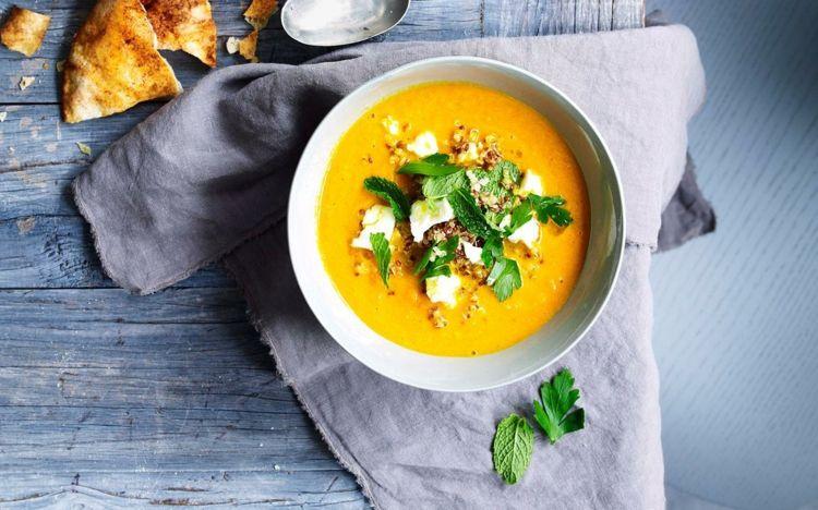 Karottensuppe mit Quinoa und Feta serviert