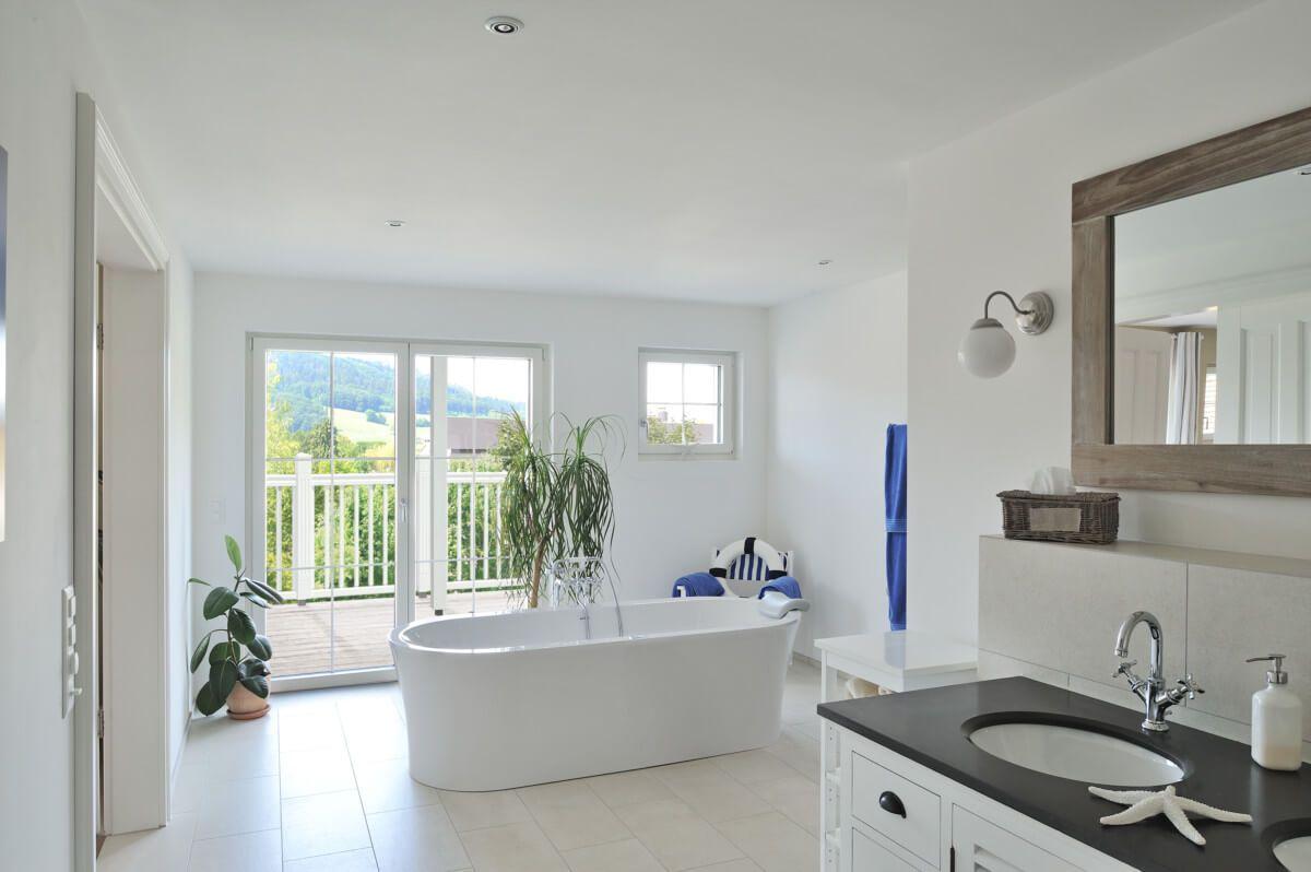 Badezimmer im Landhausstil mit Badewanne freistehend - Bad Ideen