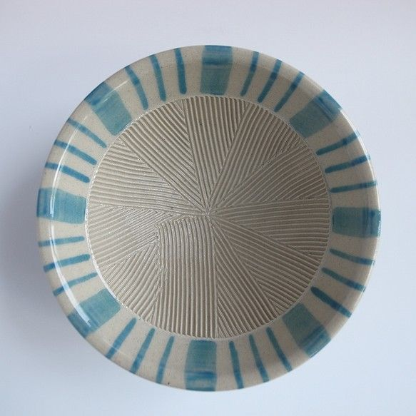 ひとつひとつ手作業で櫛目を入れ、手描き、釉がけしております。「すり鉢が楽しい食卓の彩りになりますように」そんな想いで作りました。【サイズ】 直径 約9.5cm...|ハンドメイド、手作り、手仕事品の通販・販売・購入ならCreema。