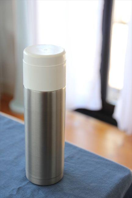 無印良品の水筒をテーブルポットがわりにし、お湯を入れている
