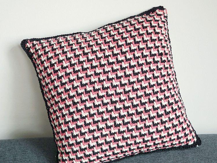 diy anleitung kissen mit zickzackmuster tunesisch h keln via h kelmode pullover. Black Bedroom Furniture Sets. Home Design Ideas