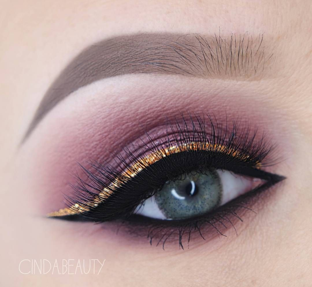 Foiled Eyeshadow in 'Showtime'