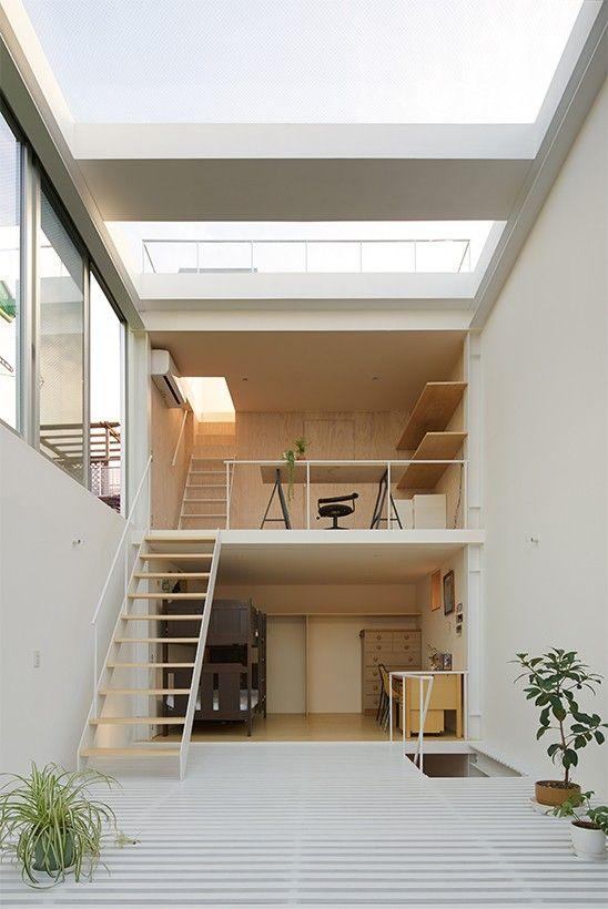 cette maison familiale chaleureuse se situe dans une zone residentielle dense dans la banlieue de tokyo les proprietaires un couple et ses deux enfants