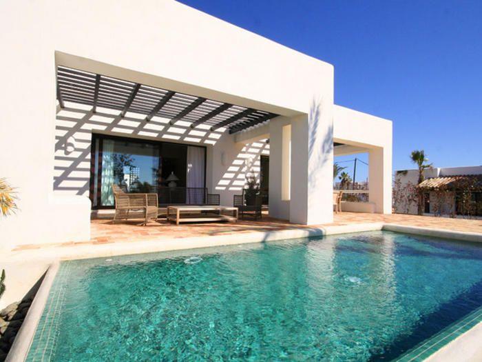 Casa con fachada blanca y piscina design housing trend for Casa moderna blanca con piscina