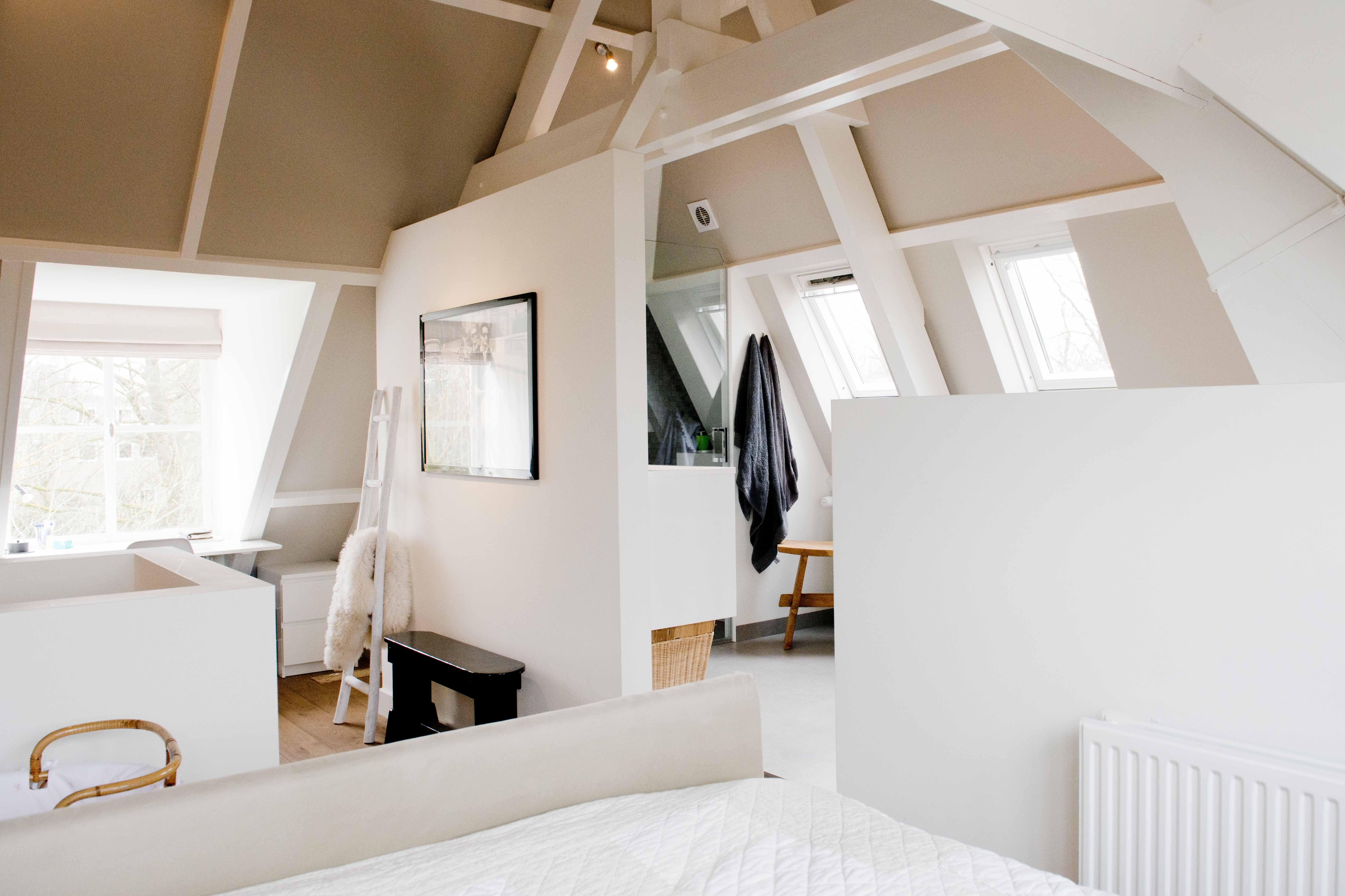 Ouderslaapkamer op zolder. binnenkijken bij marieke. wonen met