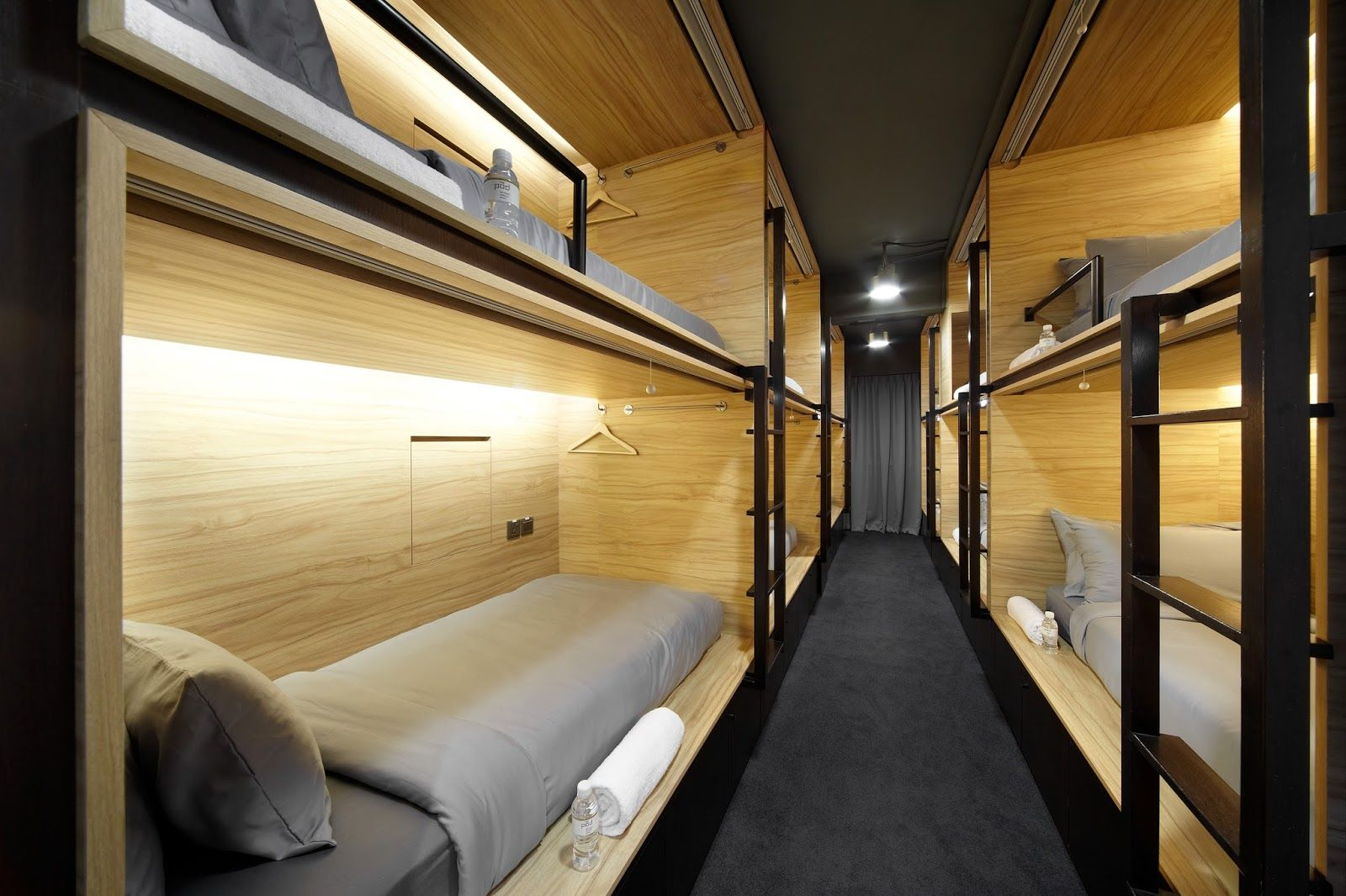 Can a capsule hotel be considered luxury salas de estar for Hostal luxury