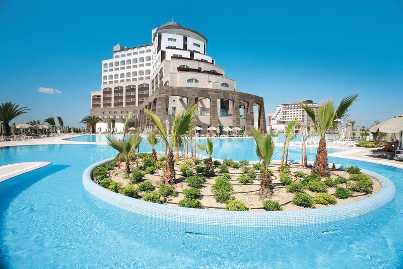 Dit relatief kleinschalige hotel van de Melas keten is slechts door een mooie tuin van het privé-strand gescheiden. Vanaf het à la carte visrestaurant, gelegen op de bovenste etage, heeft u een prachtig uitzicht over zee. Uw kinderen zullen zich zeker vermaken in het aparte kinderbad, op de glijbanen of in de miniclub waar leuke activiteiten georganiseerd worden.    Hotel Melas Lara ligt direct aan het fijne privé-zandstrand, op ca. 15 km van het centrum van Antalya.    Officiële categorie…