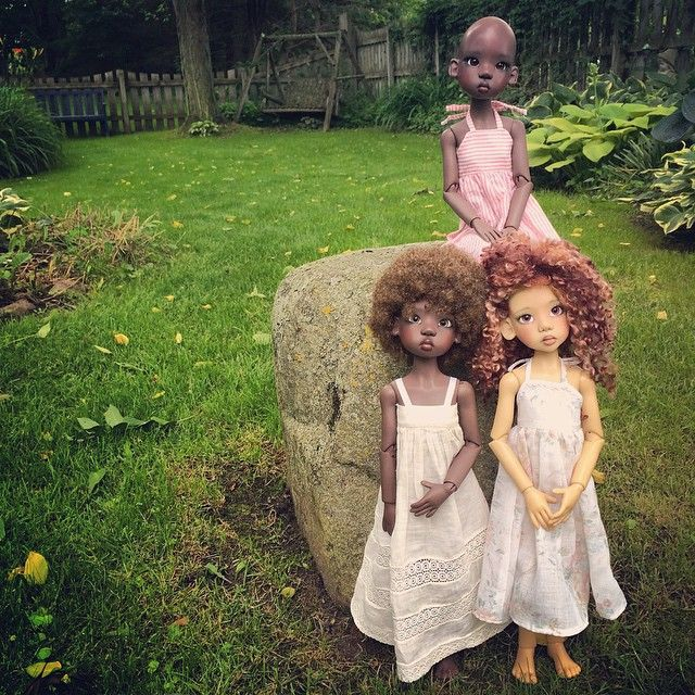 Here's another shot from Nala, Lana and Wasaya's photo shoot in their grandma's garden  Dolls by Kaye Wiggs, dresses by @Decifashion and mom  #dolls #bjd #balljointeddoll #kayewiggs #naturalhair