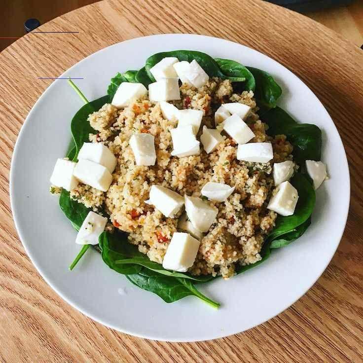 Einfache vegetarische Mahlzeit:  .  Salat mit Spinat, Minz-Tomaten-taboulé (couscous) und Mozzarella...