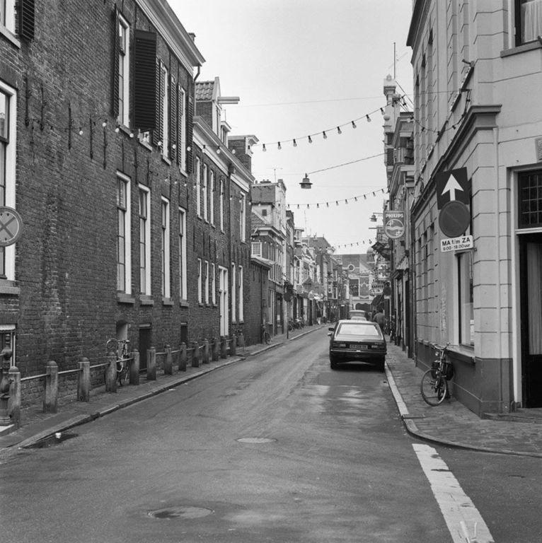 De Folkingestraat in 1980 met rechts cafe de Beurs. - Foto's SERC