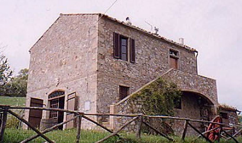 Typical Tuscan country house in a beautiful hilly location / Tipica villa toscana in posizione appartata, circondata dalla campagna toscana / Typisch toskanisches Landhaus in schöner Hügellage