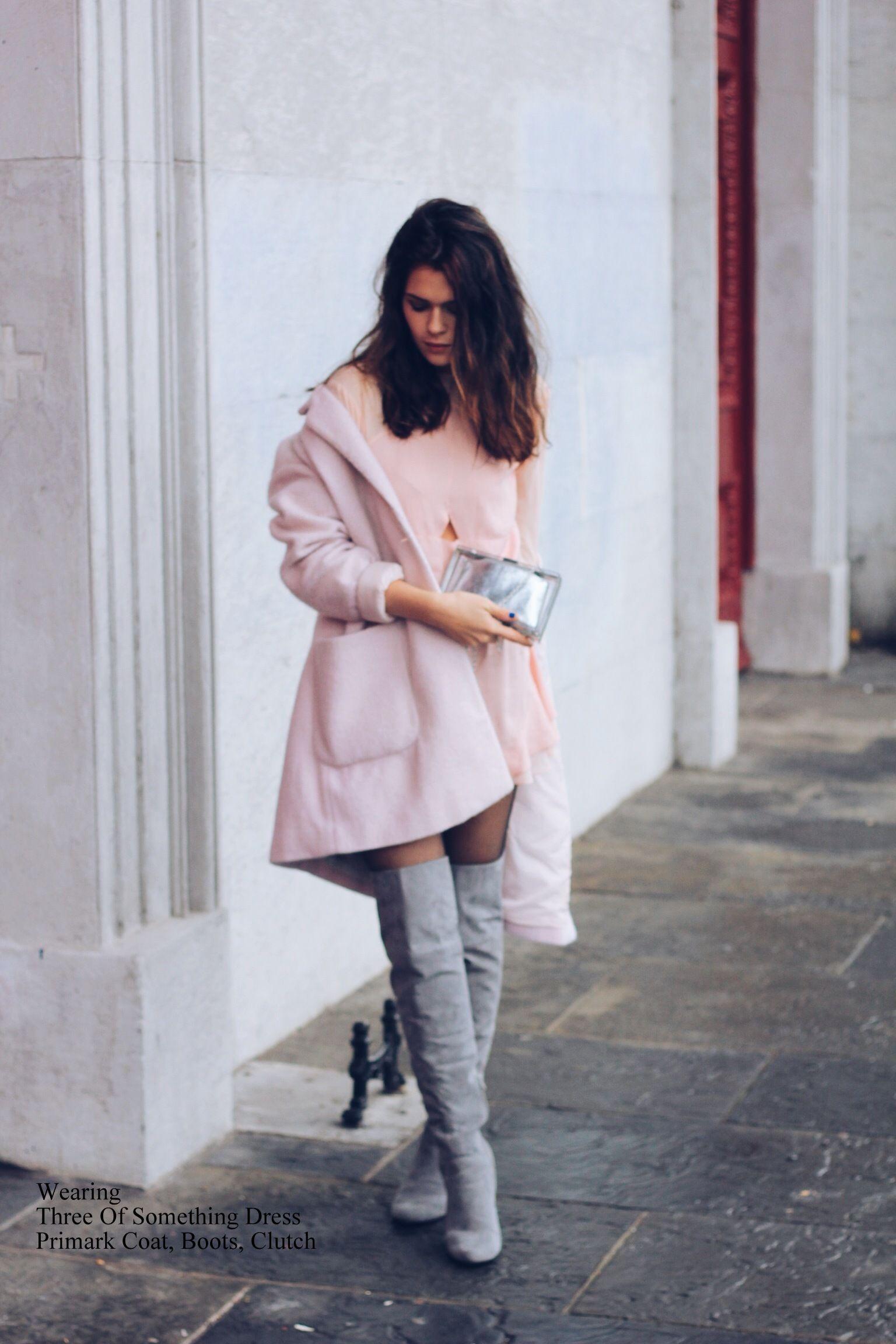 rosa mantel rosa gerade geschnittenes kleid aus seide graue overknee stiefel aus wildleder. Black Bedroom Furniture Sets. Home Design Ideas