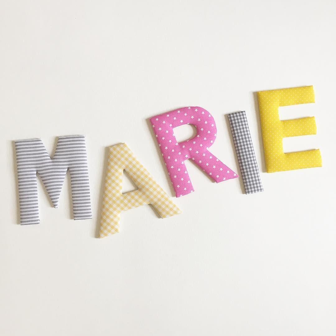 Stoffbuchstaben in der Farbkombination grau / gelb / rosa