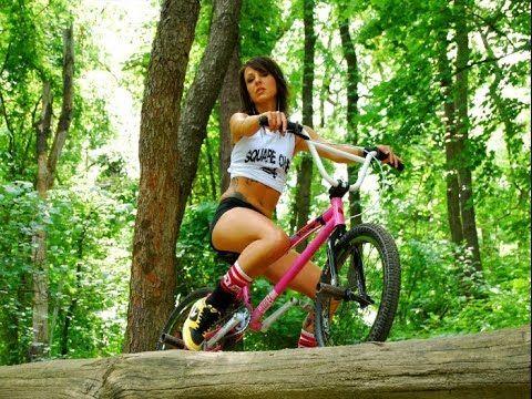 Видео голые девушки на велосипеде, жадно лижет киску фото