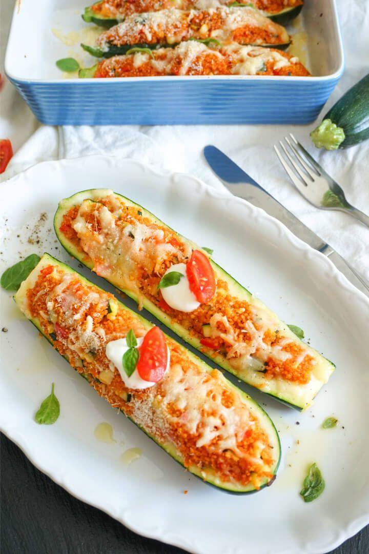 Vegetarisch gefüllte Zucchini mit mediterranem Cous Cous - Fitness Rezept -  Vegetarisch gefüllte Zu...