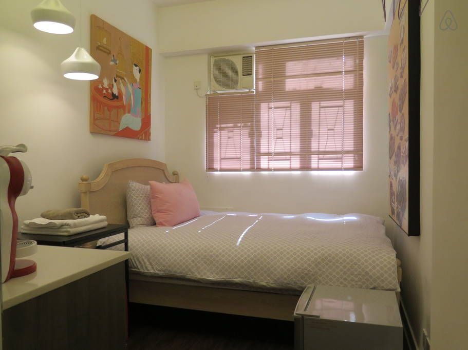 Appartement à Sheung Wan, Hong Kong. NEW! ~Sassy, bright,compact & accessible! 3 mins walk to MTR Sai Ying Pun Station. This suite on a WALK UP BUILDING at QUEEN'S RD WEST nearest corner to HOLLYWOOD RD had just opened with an INTRODUCTORY PRICE OFFER.  Feel at home in the center of ...