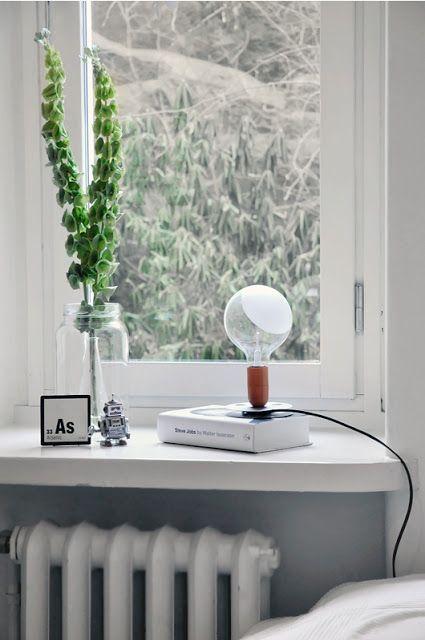 Leuk setje op de vensterbank, het boek onder de lamp maakt dat de lamp niet verloren op de vensterbank staat. Een goede ondergrond.
