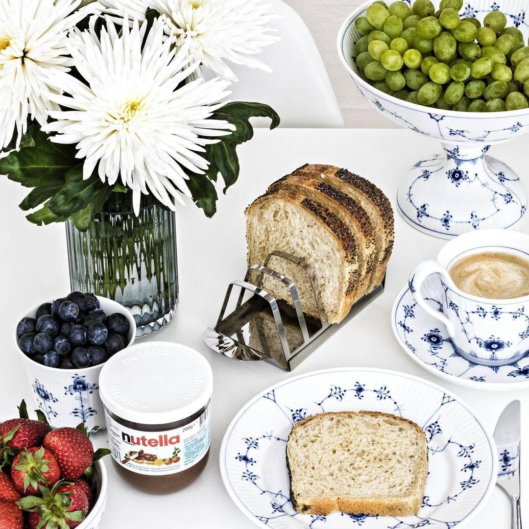 | Nutella og kaffe på en regnvejrsdag 😄 | #RoyalCopenhagen #Musselmalet #BlåElements #Kaffe #Coffee #Nutella #Jordbær #Blåbær #Vindruer #Kähler #Lyngby #LyngbyPorcelæn #Blomster #SkandinaviskeHjem #SkandinavianHome #NordiskeHjem #NordicHome #WhiteHomes #MitHjem #MyHome #Detaljer #Details #BahneKatalog #Interior #Interiør #BoBedre #BoligMagasinet #RoyaleMedlemmer #Stilleben #Aalborg
