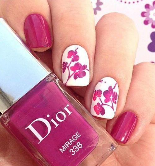 Diseño de uñas con flores color fucsia y blanco