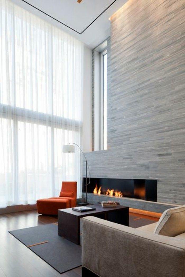 gro es fenster und weisse gardine im wohnzimmer fenster. Black Bedroom Furniture Sets. Home Design Ideas