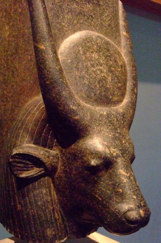 5e4c21048b41c4 La déesses Hathor sous sa forme animale de vache avec un disque solaire  reposant entre ses cornes - Vers 1417-1379 avant notre ère, Nouvel Empire -  The ...