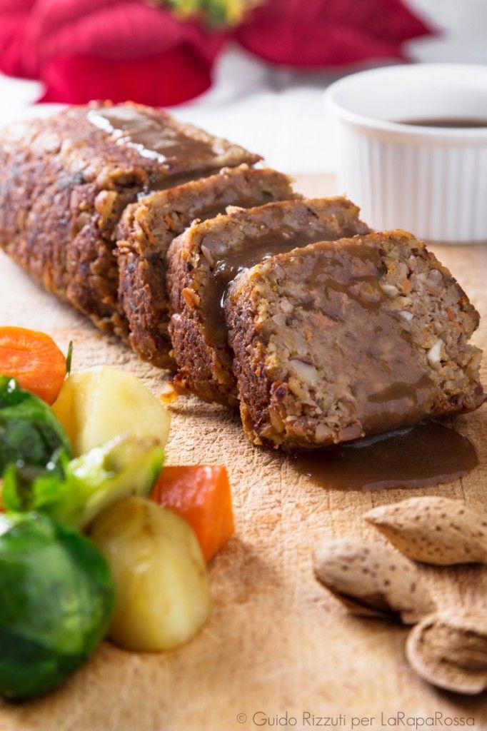 Vegan roast with hazelnuts and gravy sauce - Un succulento arrosto di frutta secca e salsa gravy