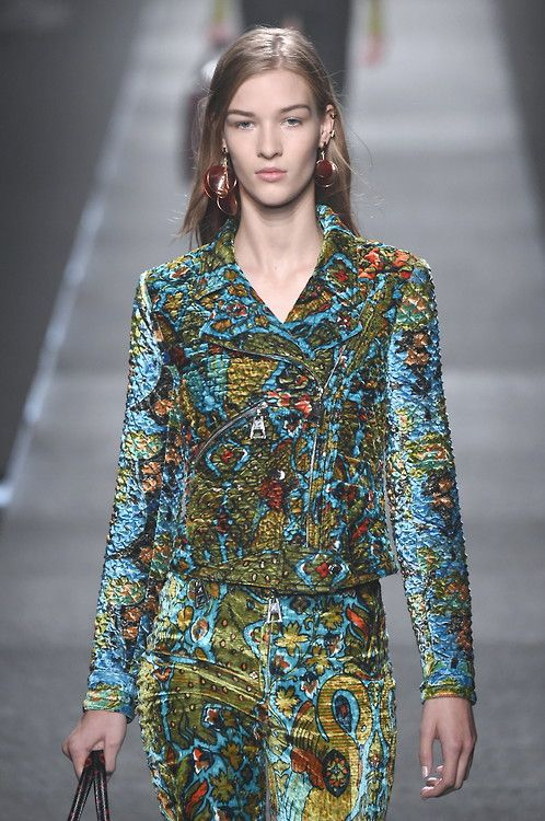 Printed velvet two piece gives a nod to the 1970's at@LouisVuitton#SS15 #PFW