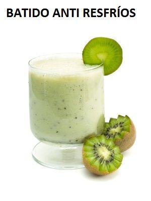 BATIDO ANTI-RESFRIOS El kiwi contiene 6 veces más vitamina C que una naranja. 1 kiwi cubre más del 100% del requerimiento diario de vitamina C.  Ingredientes  2 kiwis pelado 2 bananos medianos 1 taza de yogurt de vainilla bajo en grasa 1 ½ taza de agua 1 cda de miel de abeja Hielo al gusto  Preparación  Coloque todos los ingredientes en la licuadora y licue hasta que el hielo se deshaga. Agregue más agua si es necesario. Sirva inmediatamente.