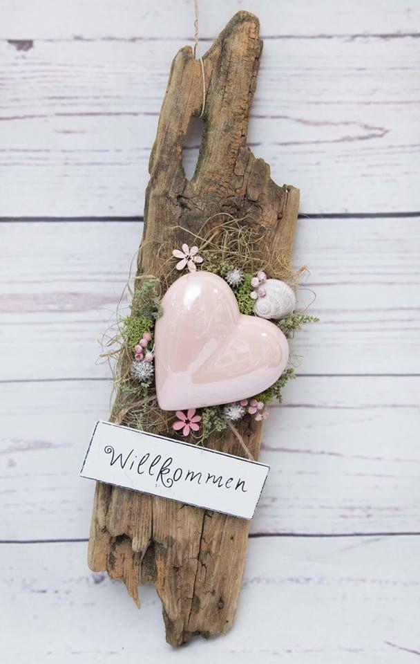 Photo of Hjertet på tyggetre dekorert med forskjellige naturlige materialer.