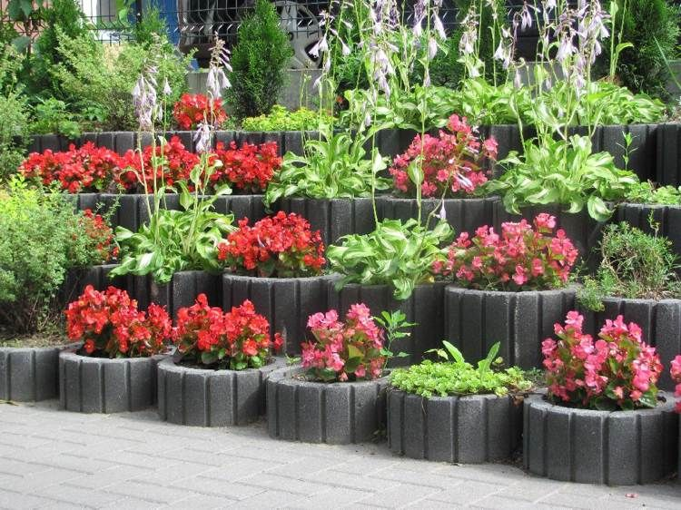 parterre de fleurs sur lev et mur v g talis en parpaings creux jardinage id es de jardin et. Black Bedroom Furniture Sets. Home Design Ideas