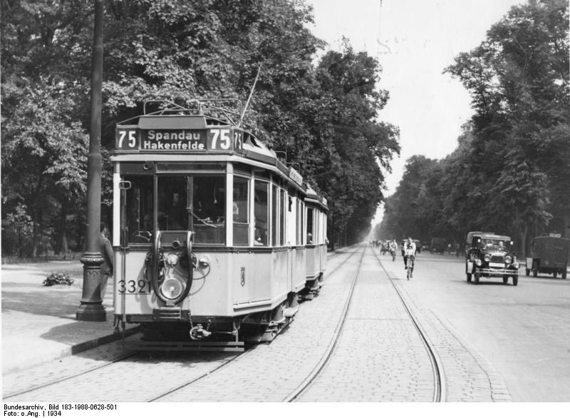 Kein Strassenbahnverkehr mehr in der Charlottenburger Chaussee Im Laufe des Jahres '34 verschwinden infolge des ständig steigenden Kraftwagenverkehrs die Strassenbahnen aus der Charlottenburger Chaussee und werden durch Omnibusse ersetzt. Von 1892 bis 1967 fuhren in Spandau Straßenbahnen. Das Ende der Spandauer Straßenbahn am 3. Oktober 1967 markierte auch vorerst das Ende der West-Berliner Straßenbahn. Berlin, 1934. o.p.