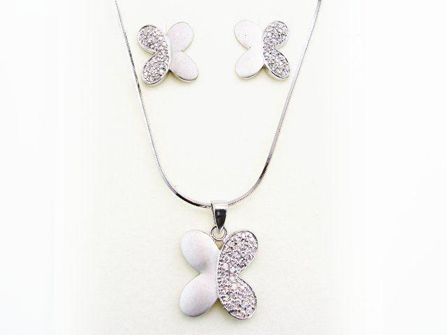aca45506ac75  Conjunto Mariposas Pendientes y Colgante de Plata de ley rodiada mate con  Circonitas. Está decorado con circonitas blancas y forma de mariposa.