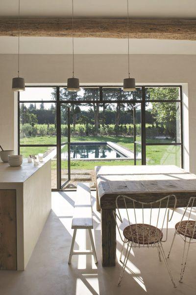La cuisine associe un îlot central et un plan en béton blanc à des - plan ilot central cuisine