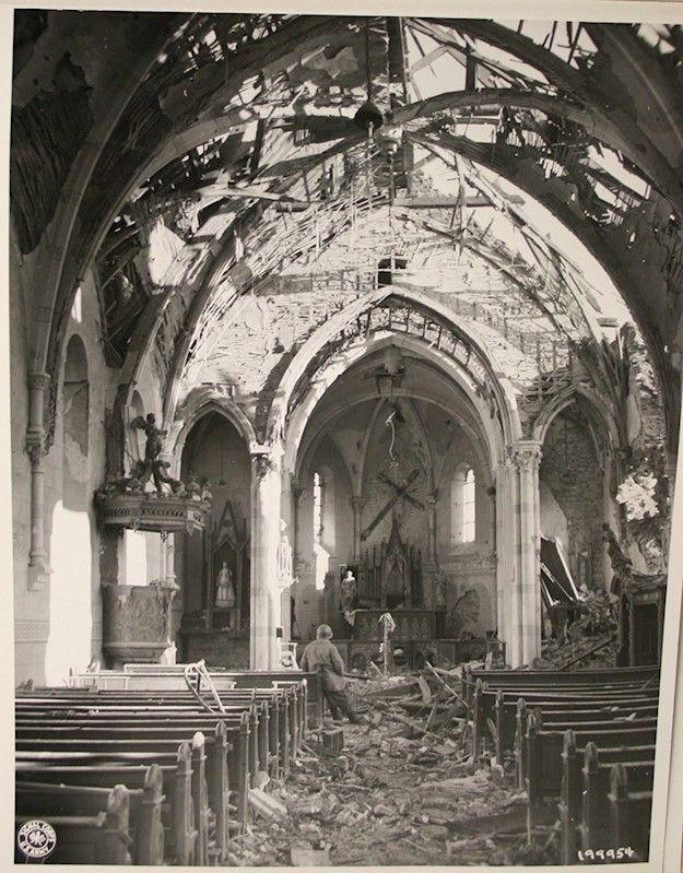 Destruction à Noville  Destruction de l'église du village de Noville, 3 février 1945.