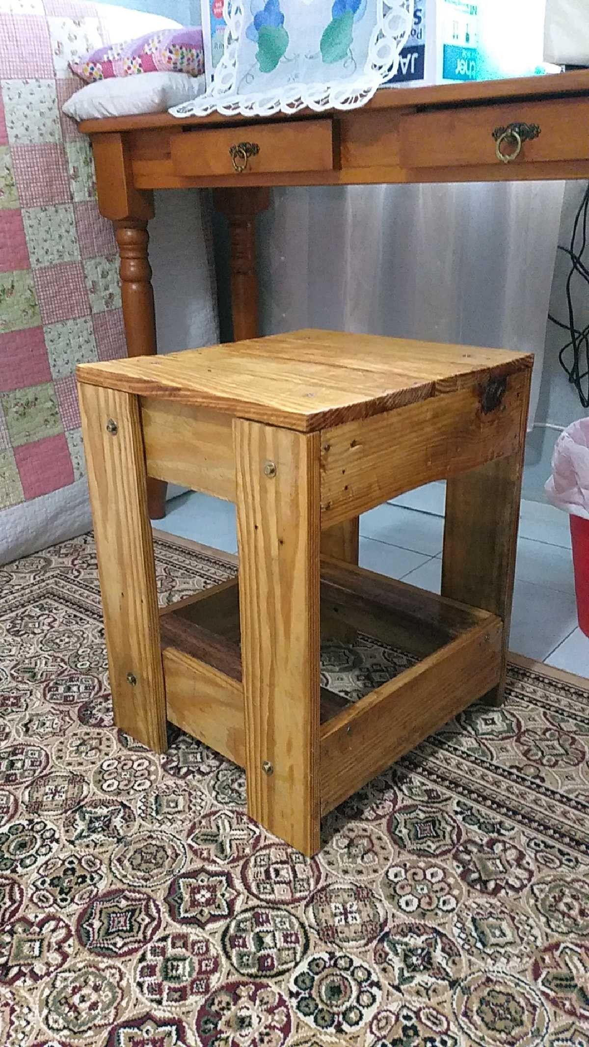 Bangku kecil dari kayu palet | Kursi kayu palet, Perabot ...