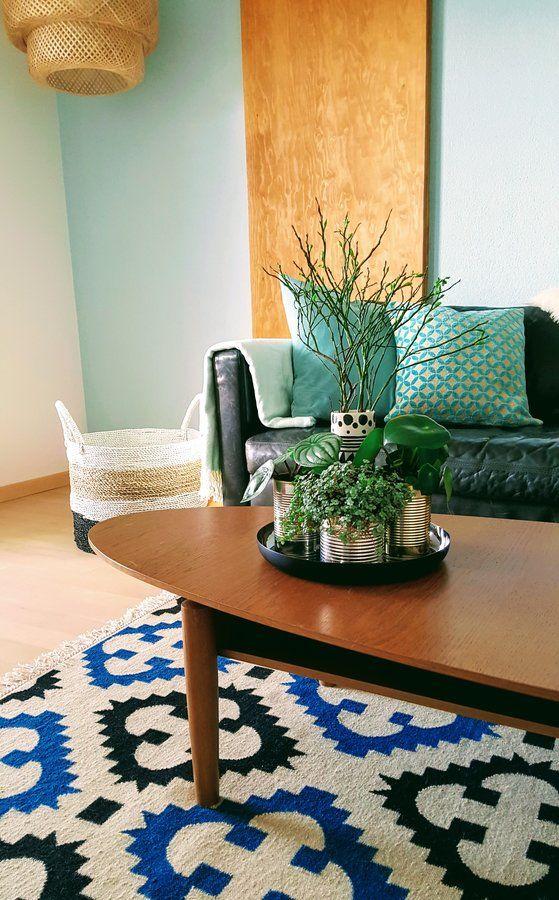 Endlich, der neue kuschelige Wollteppich ist eingetroffen. Jetzt fehlt noch der neue Beistelltisch. Obwohl, jetzt mit dem Teppich darunter....sieht der alte Holztisch gar nicht so übel aus.