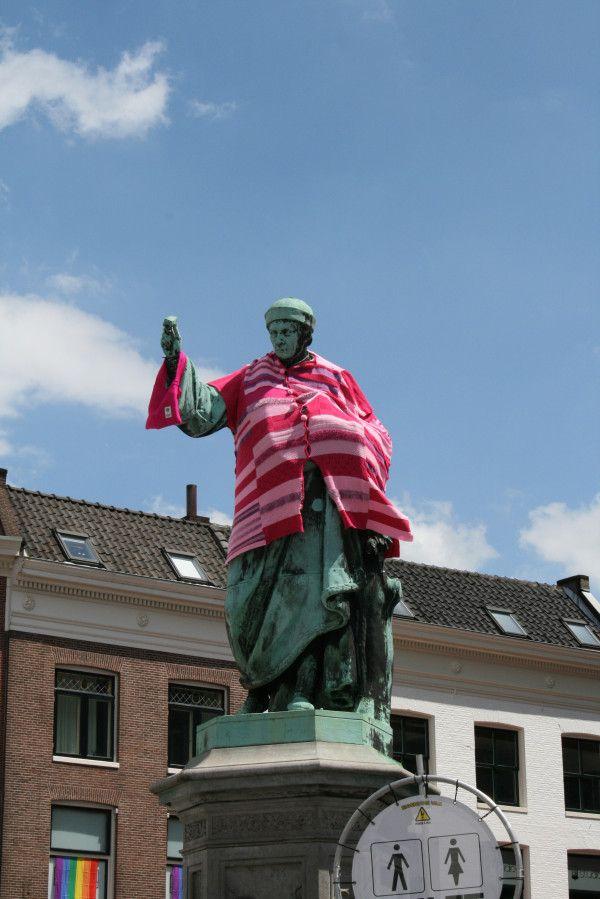 Zelfs de standbeelden kleuren roze