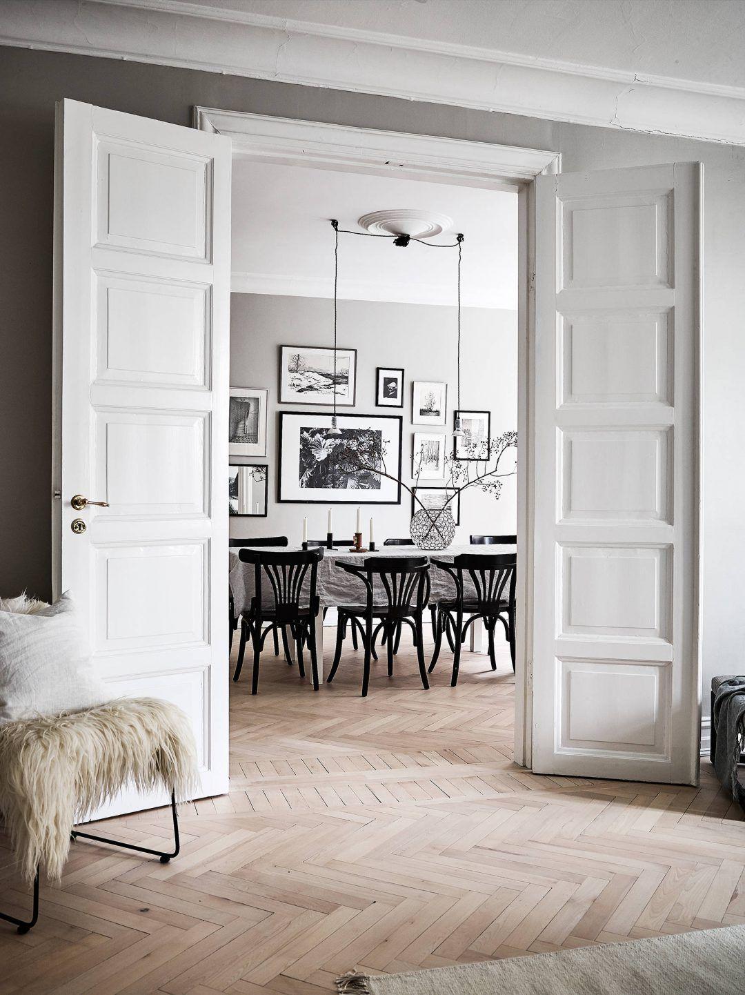 Sal n n rdico puertas dobles blancas paredes grises y for Paredes grises y puertas blancas