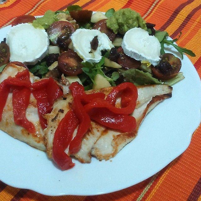Cena Pechuga de pollo a la plancha con pimiento y ensalada gourmet! Tomatitos, nueces, queso de cabra, Maíz, rúcula canonigos, brotes, pasas, manzana y Guacamole.