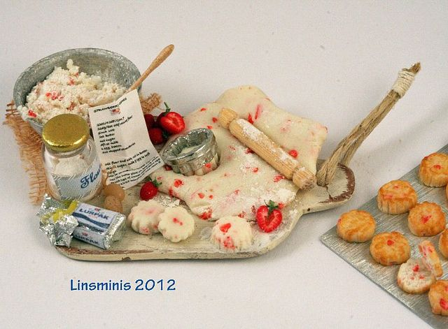 Making strawberry scones #miniature   by linsminis,