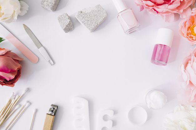 Várias ferramentas de manicure e produto  Free Photo